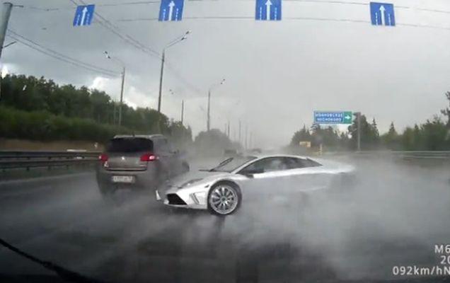 De câte ori se poate roti un Lamborghini pe o autostradă pe timp de ploaie?   VIDEO