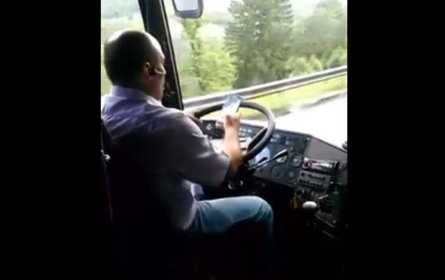 De necrezut! Ce face la volan șoferul unui autobuz care transportă persoane de la Onești la Brașov! | VIDEO