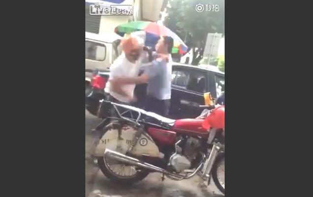 Cel mai violent incident din traficul chinez: i-a dat cu ciocanul în cap până l-a lăsat lat | VIDEO