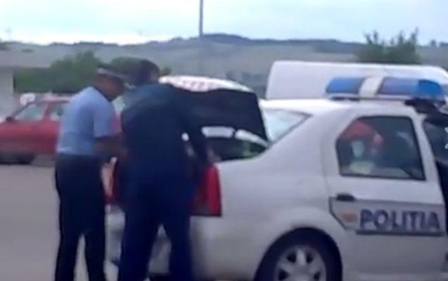 O nouă metodă? Cum transportă suspecții oamenii de la Poliția Locală   VIDEO