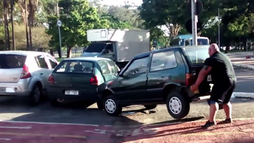 Nu-ți iese parcarea laterală? Ia-ți mașina pe sus și-ai rezolvat problema!