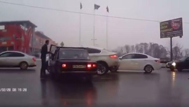 S-a dat jos să-și facă dreptate singur, dar a uitat ceva important. Ce a pățit șoferul unui BMW! | VIDEO