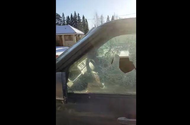 Atitudine de rus! Un șofer și-a deschis Range Rover-ul cu… toporul! | VIDEO