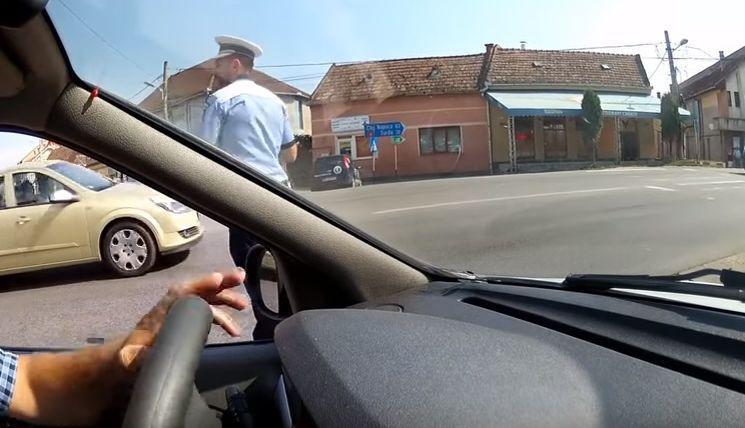 Gestul făcut de un șofer pentru un polițist care dirija circulația la 38 de grade Celsius | VIDEO