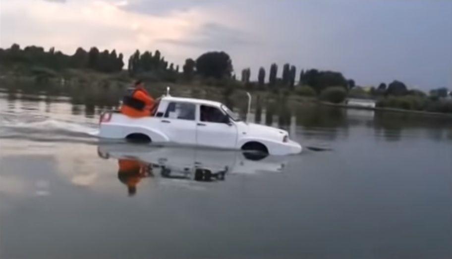VIDEO: Papuc la apă! Dacia amfibie modificată de studenți