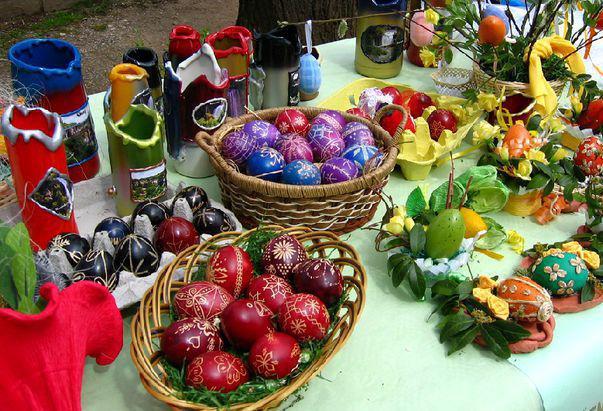 masă plină cu ouă încondeiate de Paști
