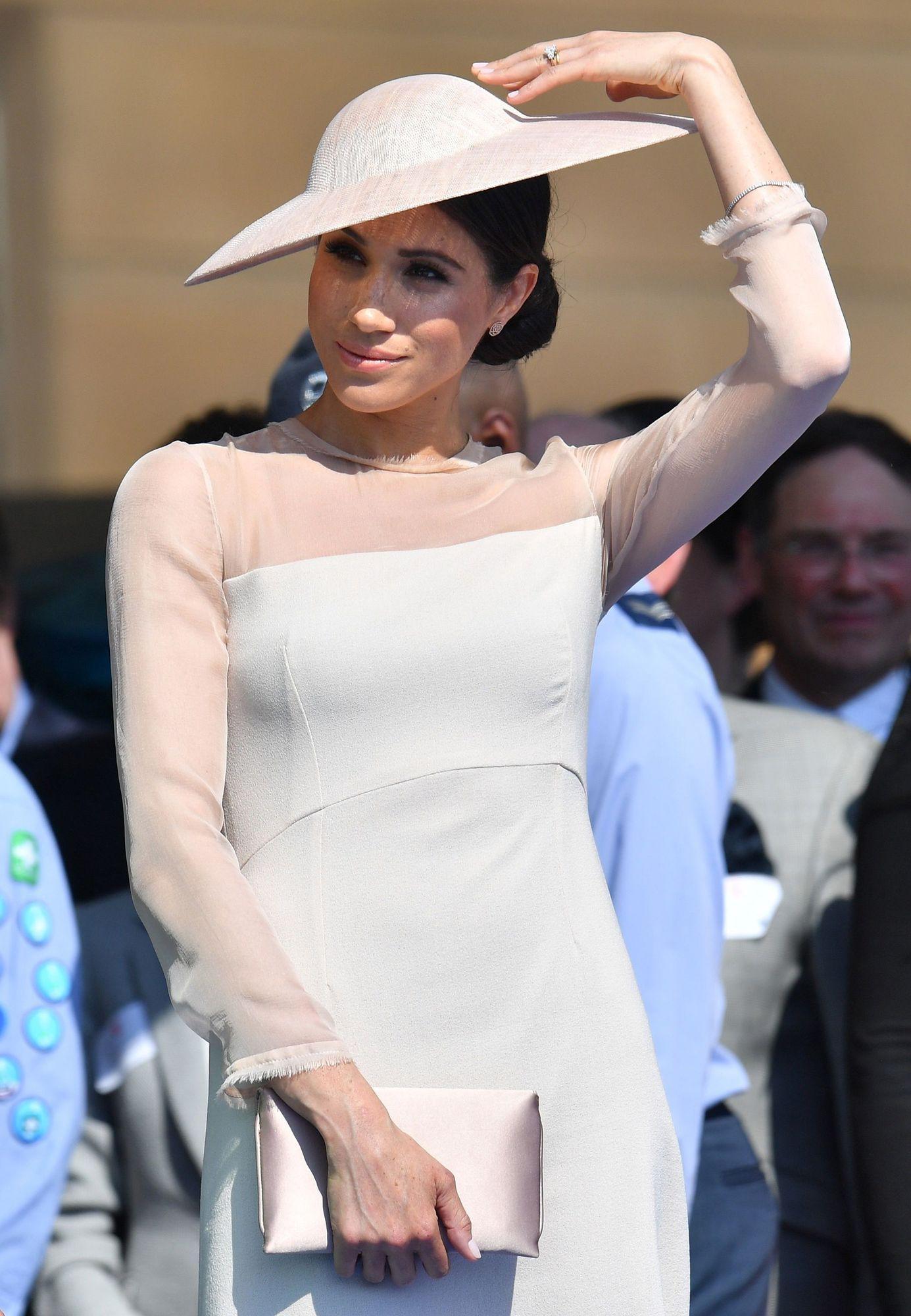 S-a aflat! Acesta e motivul pentru care Meghan Markle se îmbracă doar în nunațe de roz, de când s-a căsătorit cu prințul Harry