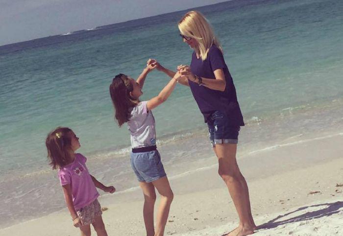 Catrinel Sandu, alături de fiicele sale.